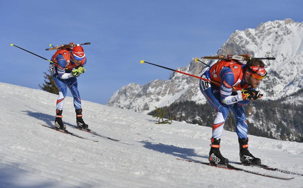 Michal Krčmář (vlevo) a Michal Šlesingr na trati mužského sprintu na MS v Hochfilzenu