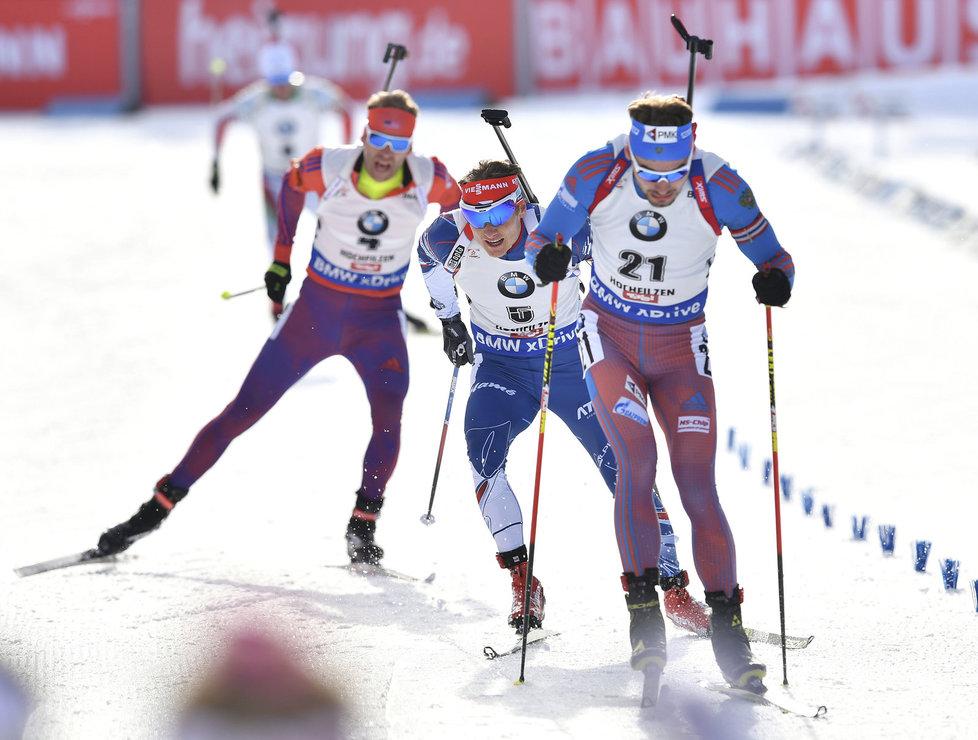 Ondřej Moravec (uprostřed) přijíždí za čtvrtým Rusem Šipulinem do cíle stíhacího závodu na MS