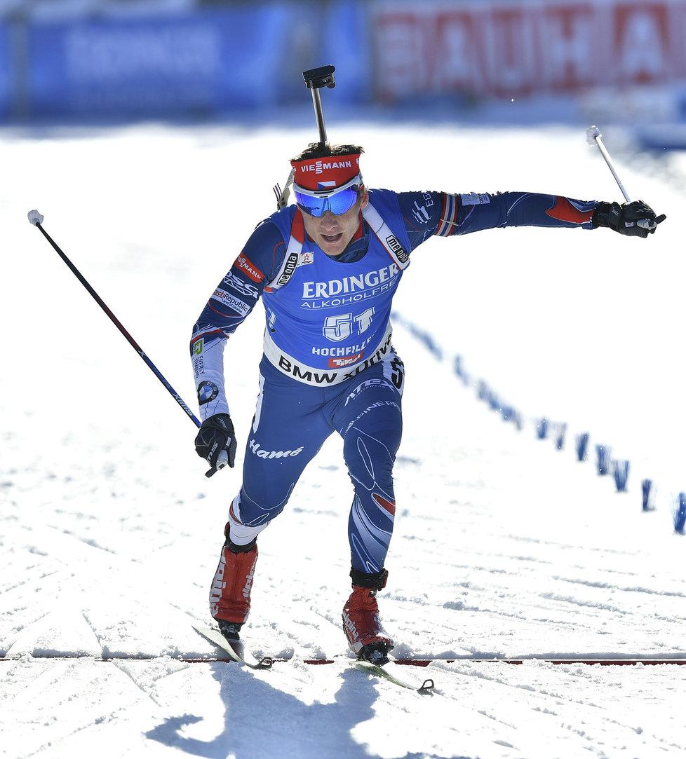 Ondřej Moravec protíná cílovou pásku závodu na 20 km na MS v Hochfilzenu. Byla z toho parádní stříbrná medaile.