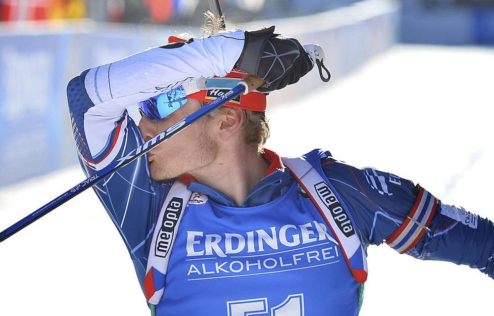 Ondřej Moravec líbá svůj biceps v cíli nakonec stříbrného vytrvalostního závodu na  MS v Hochfilzenu