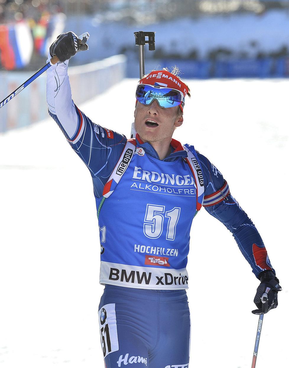 Ondřej Moravec se raduje v cíli vytrvalostního závodu na MS biatlonistů