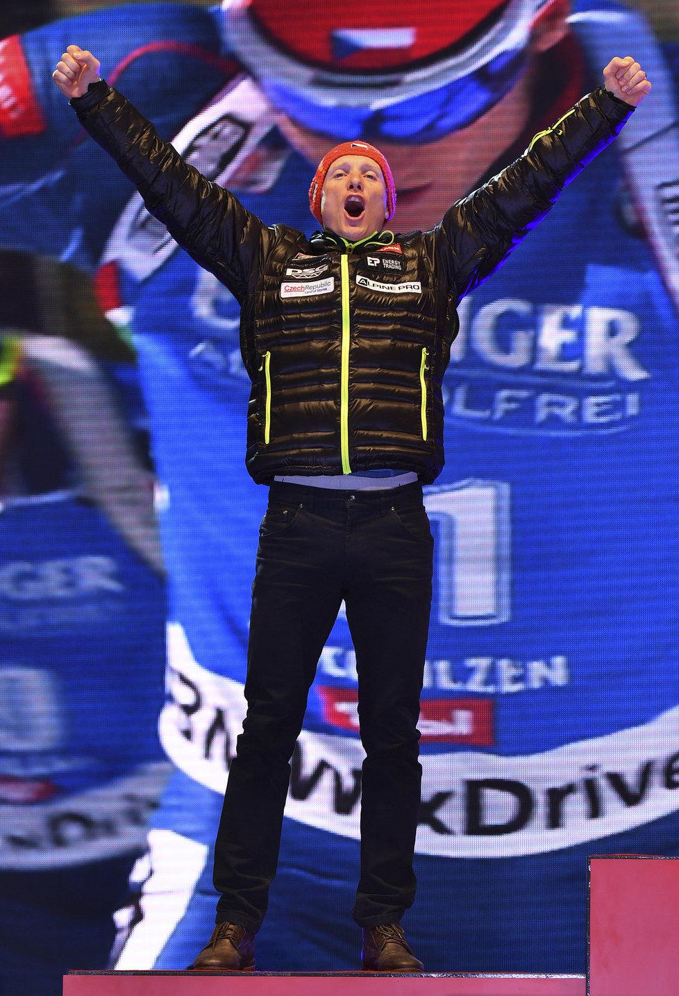 Jooooo! Ondřej Moravec si vyskočil pro stříbrnou medaili z vytrvalostního závodu na MS v Hochfilzenu.