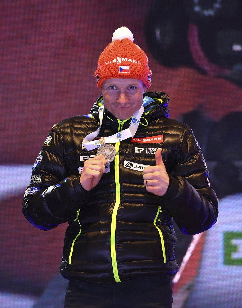 Je to tam! Ondřej Moravec se chlubí se svou stříbrnou medailí za individuální závod na 20 km.