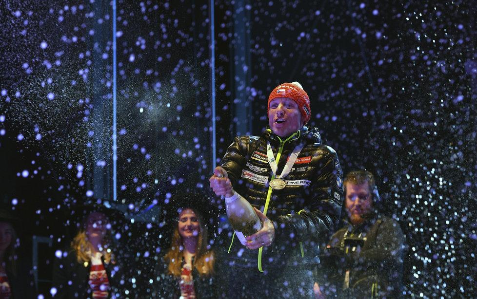 Ondřej Moravec kropí fanoušky šampaňským se stříbrnou medailí za vytrvalostní závod na MS v Hochfilzenu