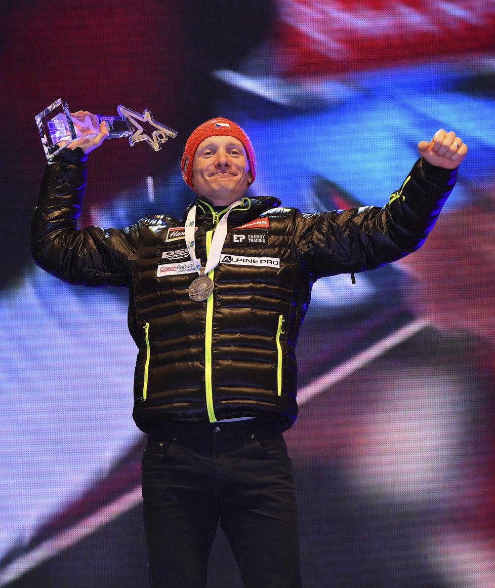 Ondřej Moravec s trofejí a stříbrnou medailí při ceremoniálu v Hochfilzenu