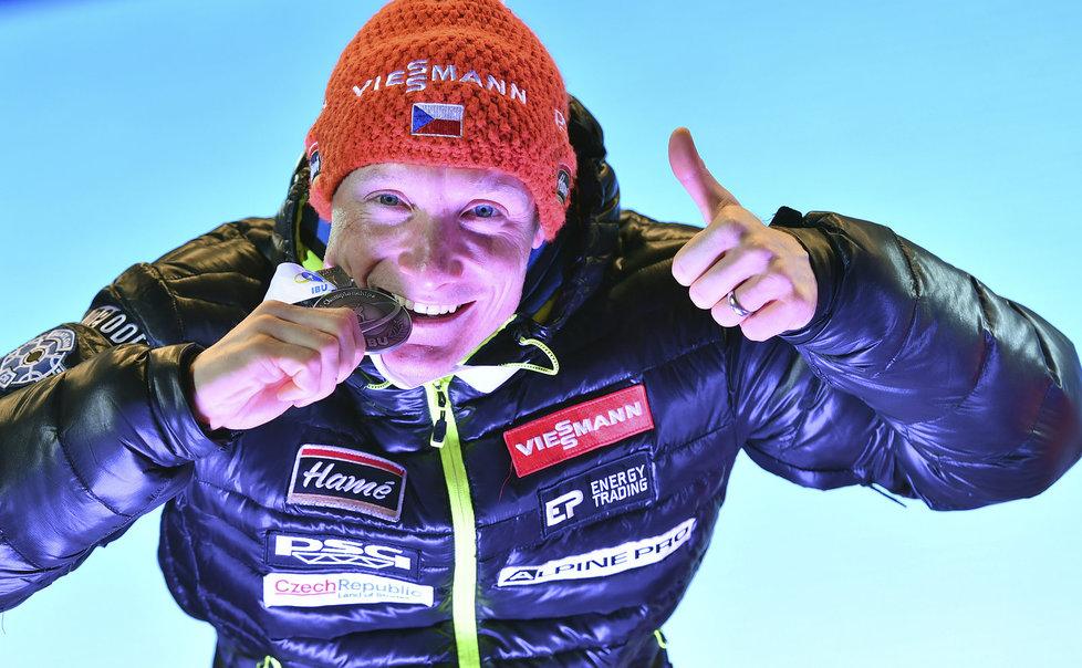 Ondřej Moravec ochutnává svou stříbrnou medaili z vytrvalostního závodu na MS v Hochfilzenu