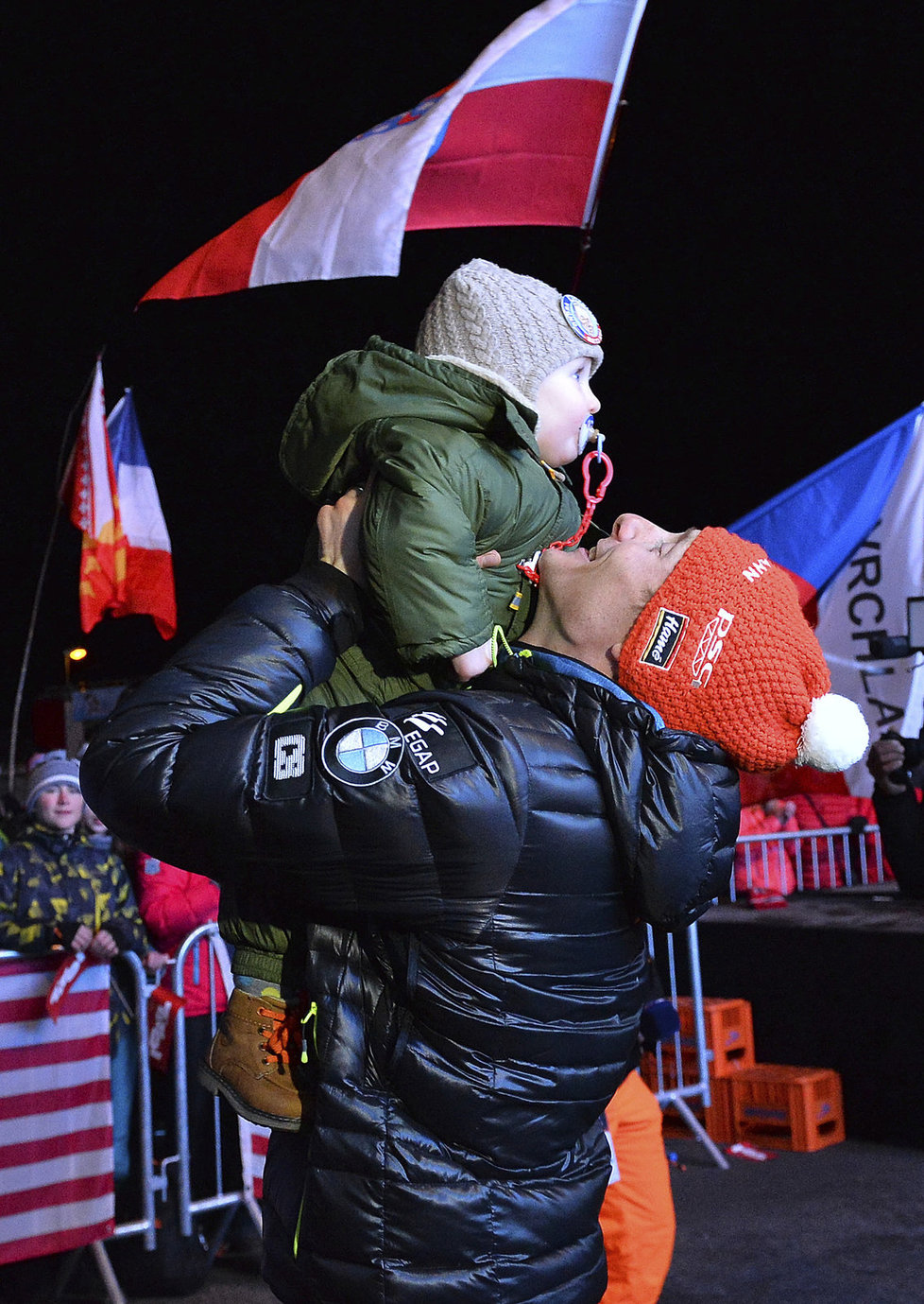 Ondřej Moravec se po medailovém ceremoniálu raduje s dcerkou Rozálií