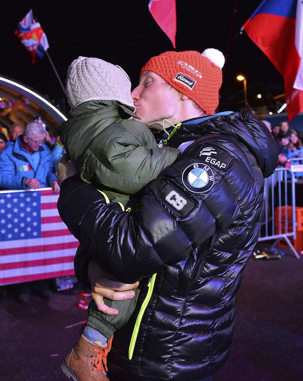 Na krku stříbrná medaile, v náručí dcera Rozálie. Ondřej Moravec musel být spokojený.