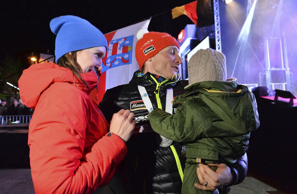 Ondřej Moravec se dělí o radost ze stříbrné medaile i se svou manželkou Veronikou a dcerkou Rozálií