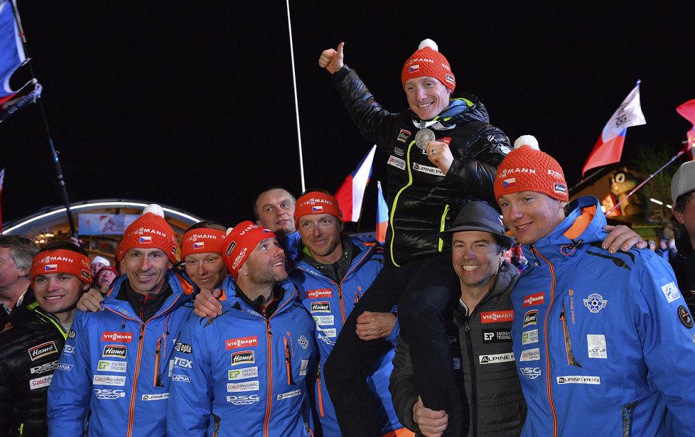 Stříbrný medailista z vytrvalostního závodu na MS v Hochfilzenu Ondřej Moravec na ramenou parťáků z českého týmu