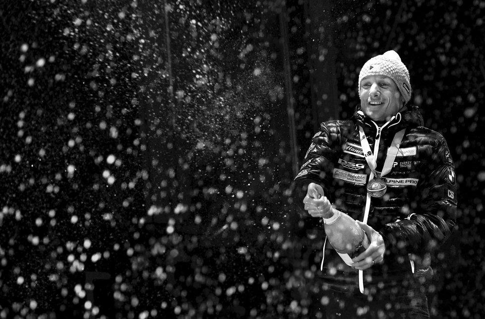 Ondřej Moravec slaví své stříbro z MS v Hochfilzenu sprchou šampaňského