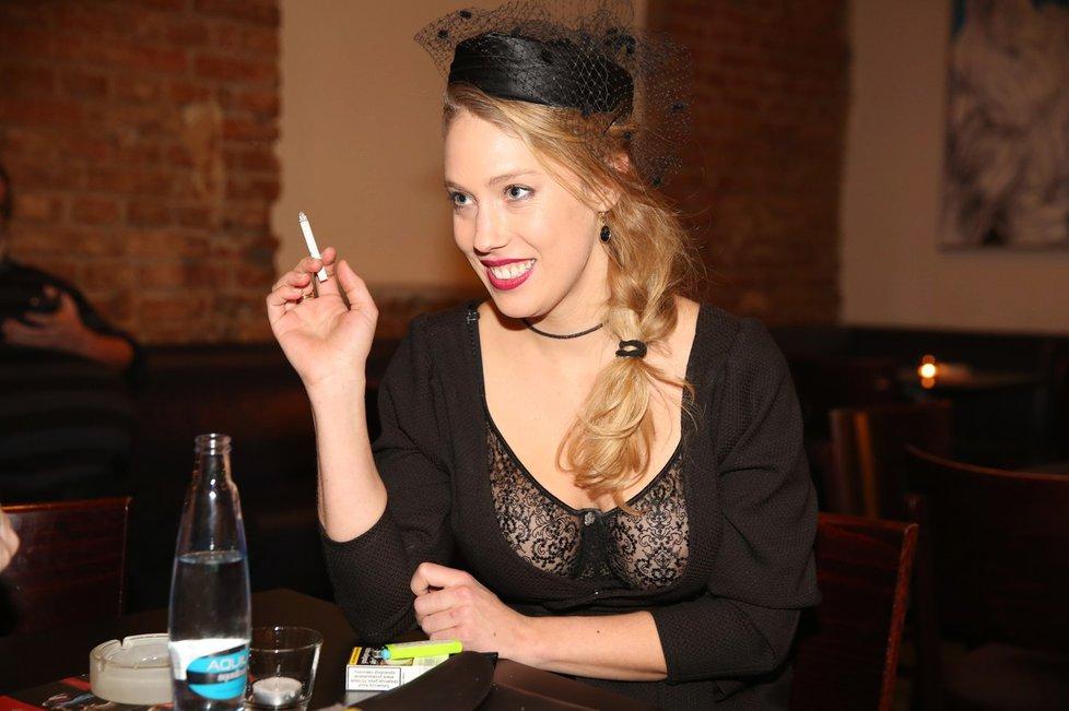 Anetě Krejčíkové prosvítala pod průhlednou krajkou bradavka.