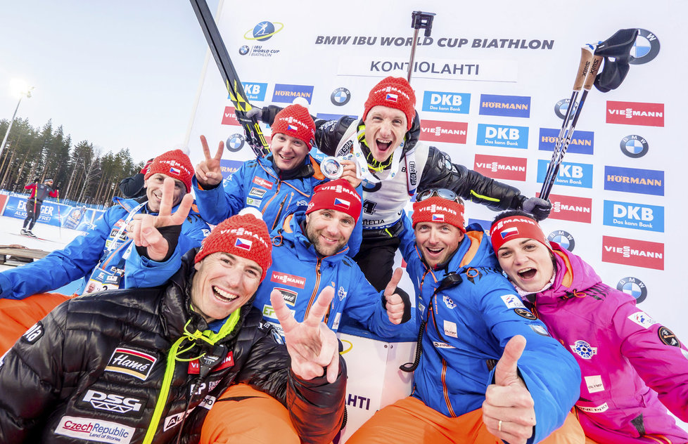 Ondřej Moravec s českým týmem slaví svou stříbrnou medaili na SP v Kontiolahti