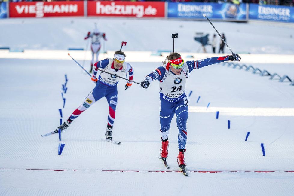 Ondřej Moravec finišuje ve sprintu SP v Kontiolahti, za prvním Martinem Fourcadem zaostal jen o 6 desetin vteřiny...