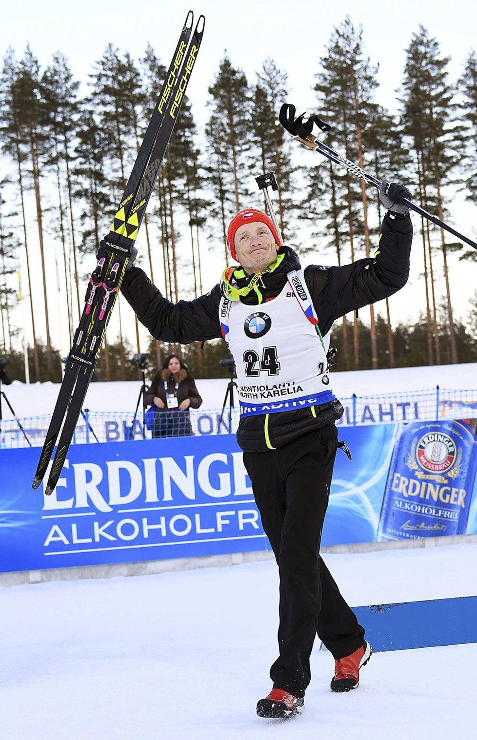 Ondřej Moravec jde na vyhlášení sprintu po svém druhém místě na SP v Kontiolahti