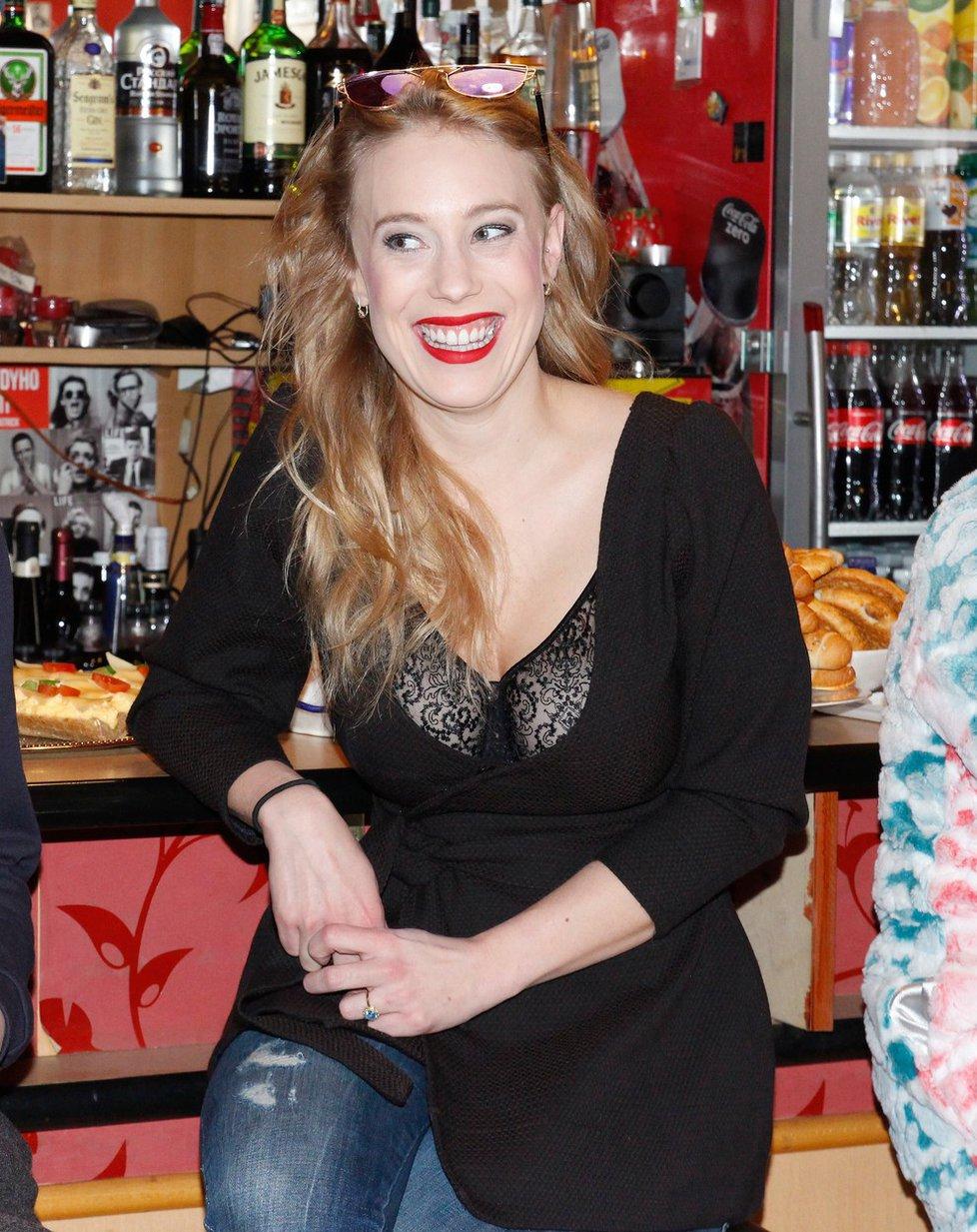 Aneta Krejčíková vystavila podprsenku v obřím výstřihu