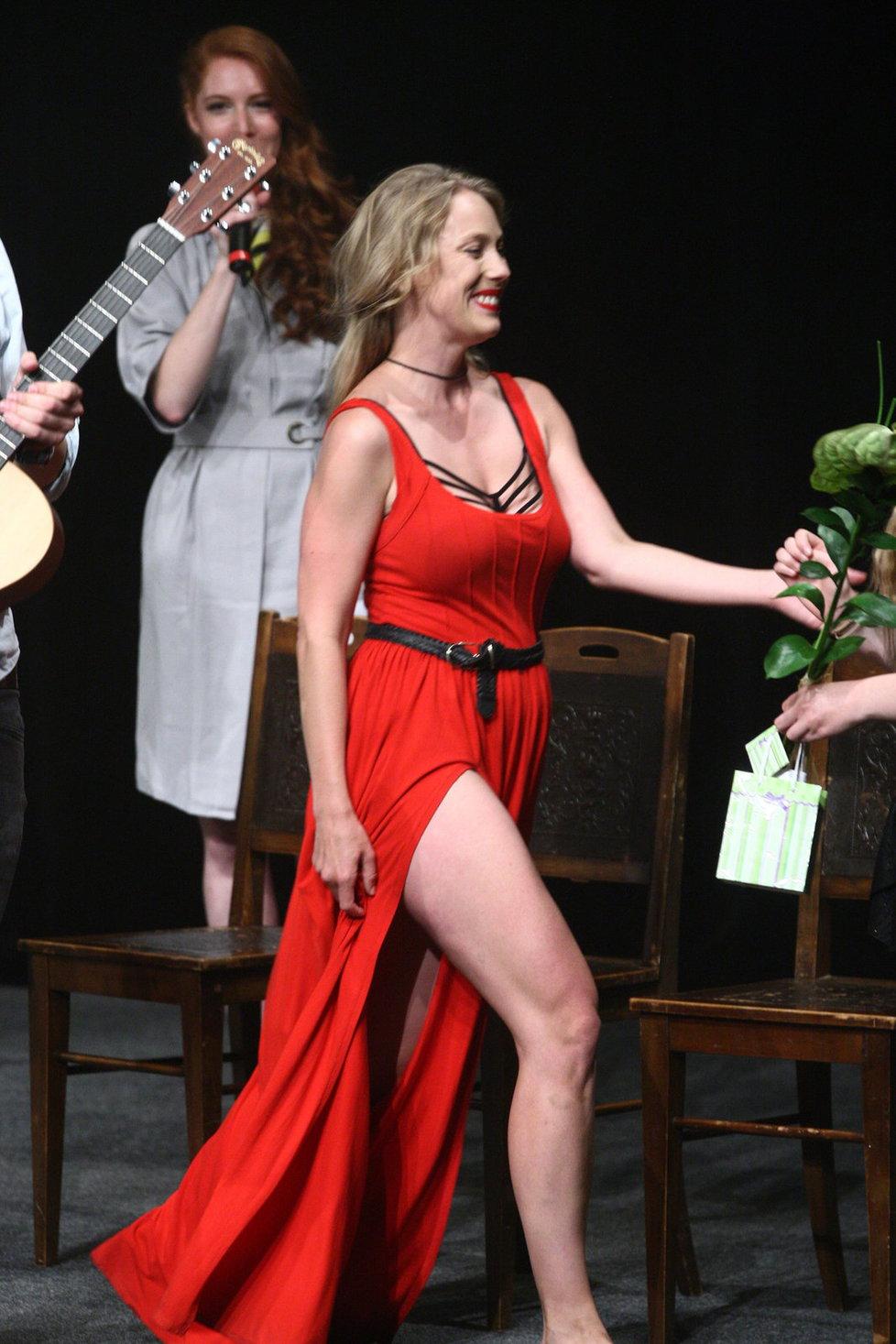 Aneta odhalila nejen nohy, ale nechala nakouknout i pod šaty.