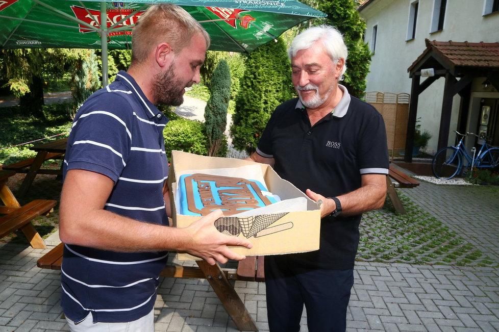 Libor Bouček předal televiznímu otci Fourasovi obří dort.