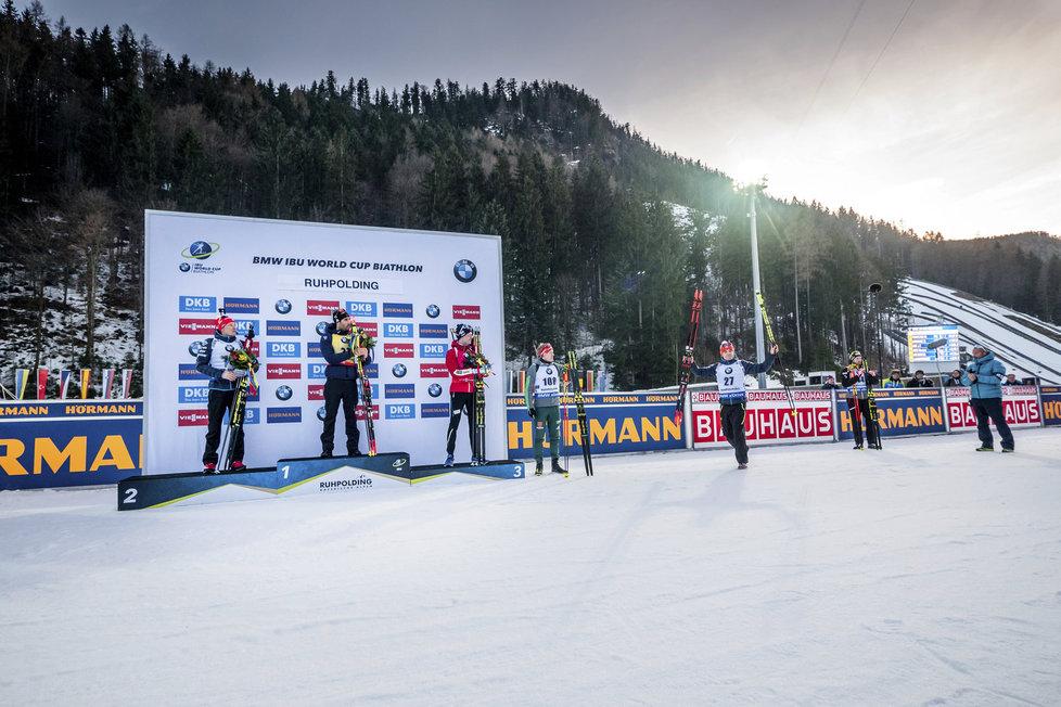 Vyhlášení vítězů vytrvalostního závodu SP v Ruhpoldingu - vlevo stříbrný Ondřej Moravec