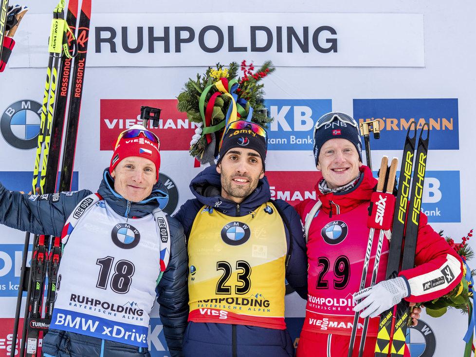 Stříbrný Ondřej Moravec, vítěz Martin Fourcade a bronzový Johannes Bö na stupních vítězů po vytrvalostním závodě na 20 km v Ruhpoldingu