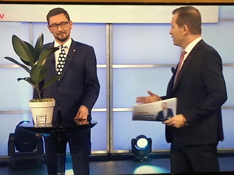 Zemanův mluvčí Jiří Ovčáček si do debaty na TV Barrandov přinesl fíkus