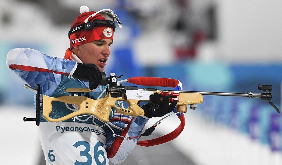 Michal Krčmář při střelbě ve sprintu biatlonistů na olympiádě v Pchjongčchangu