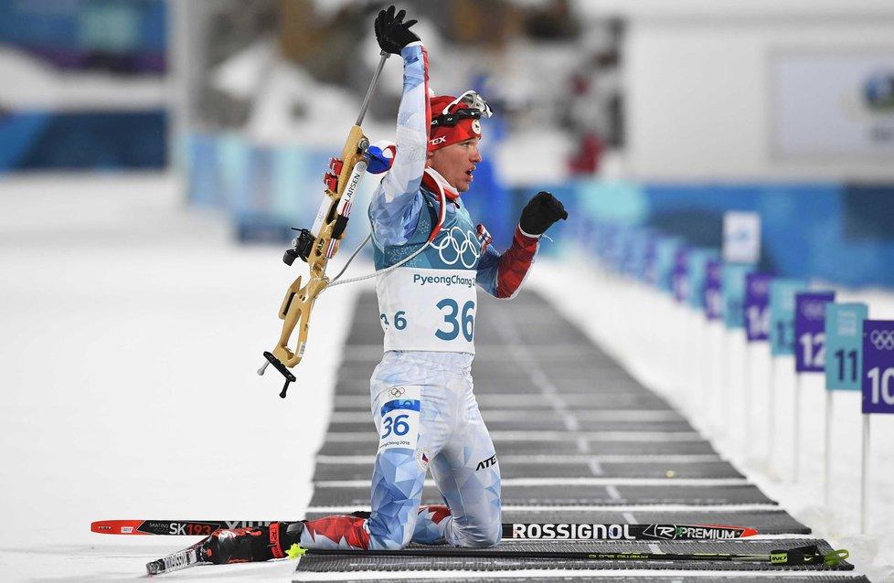 Michal Krčmář se chystá na střelbu vleže při olympijském sprintu v Pchjongčchangu