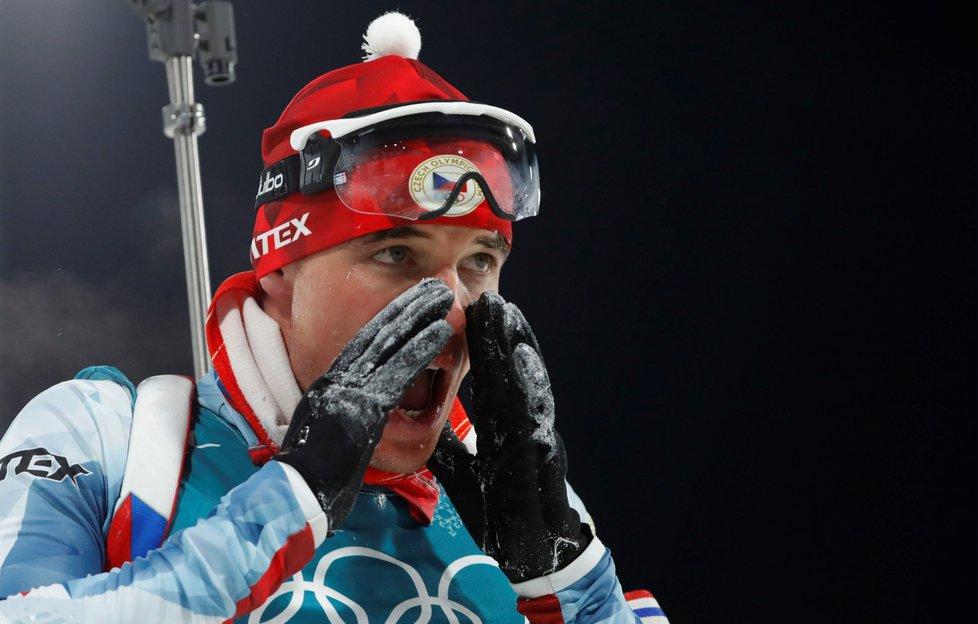 Michal Krčmář v cíli pozoruje výsledkovou tabuli, na které byl druhý. A na stříbrné příčce vydržel až do konce.