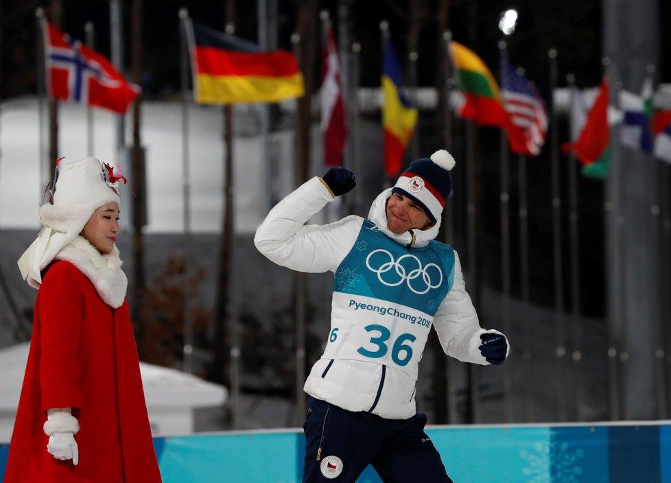 Michal Krčmář se raduje ze stříbrné medaile ve sprintu biatlonistů na olympiádě v Pchjongčchangu
