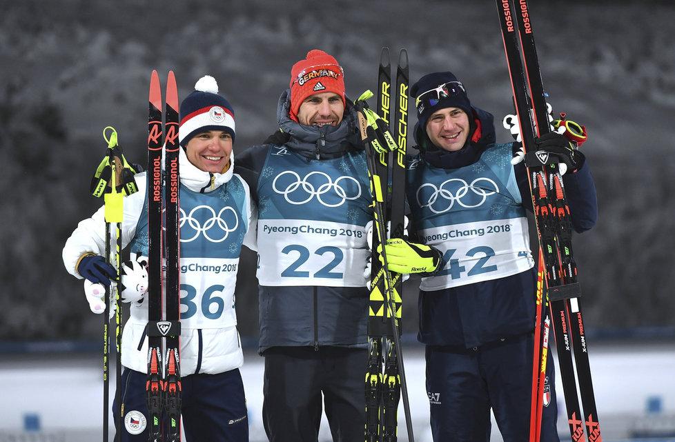 Stříbrný Michal Krčmář společně s bronzovým Dominikem Windischem a vítězem sprintu Alanem Peifferem