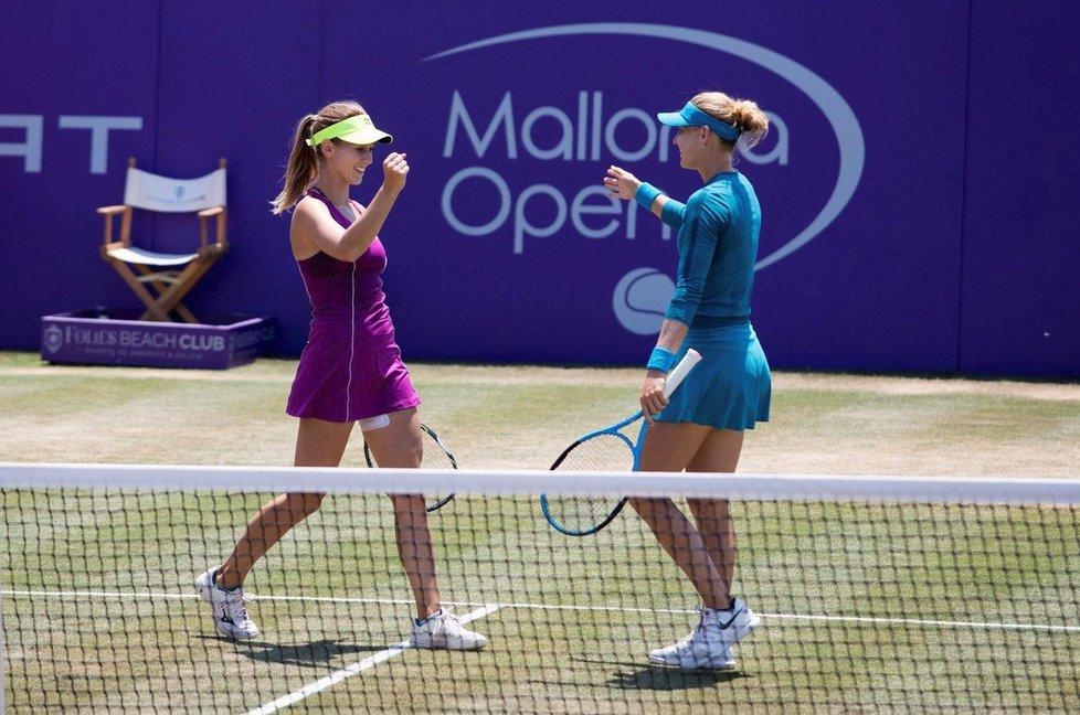 Barbora Štefková (vlevo) si zahrála na Mallorce čtyřhru s Lucií Šafářovou