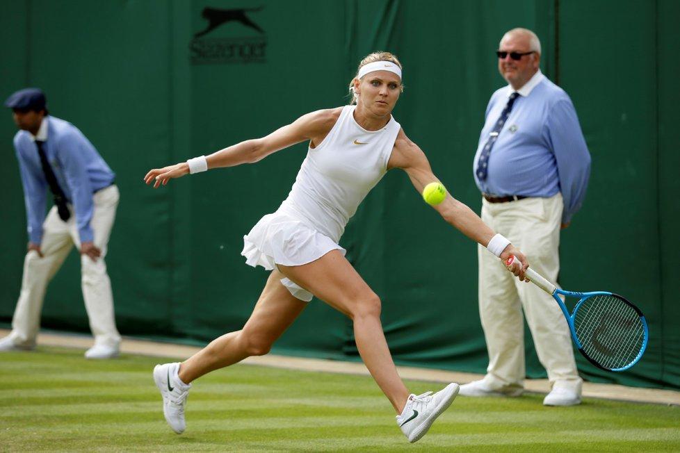 Lucie Šafářová během zápasu 2. kola Wimbledonu