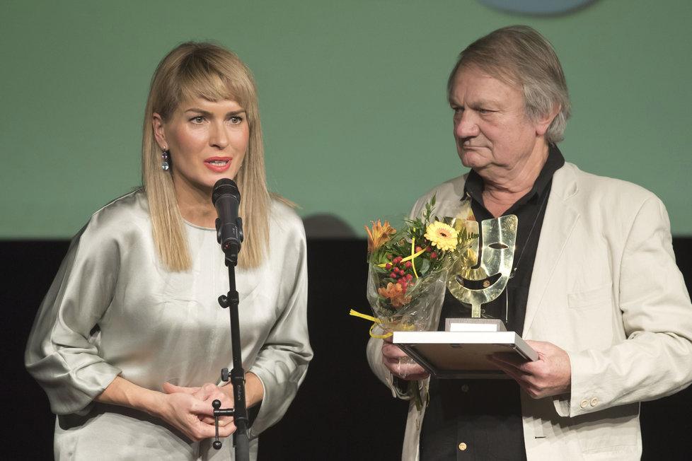 Olga Menzelová převzala za manžela cenu  z rukou Jiřího Adamce