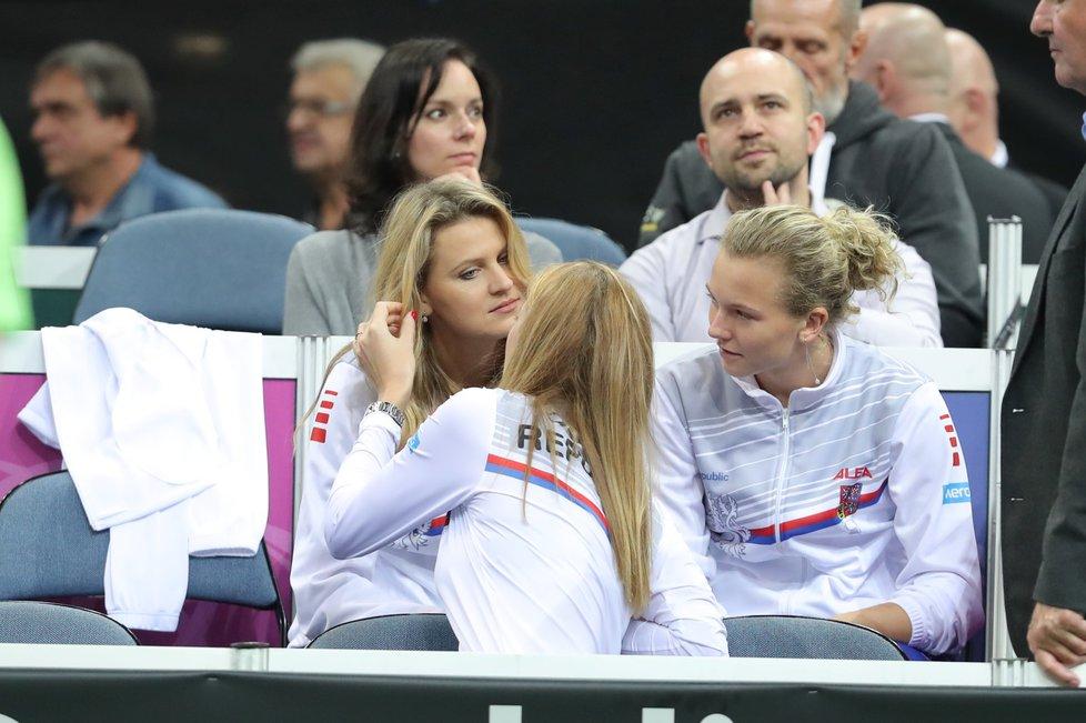 Petra Kvitová s Lucií Šafářovou na lavičce fedcupového týmu, vpravo Kateřina Siniaková
