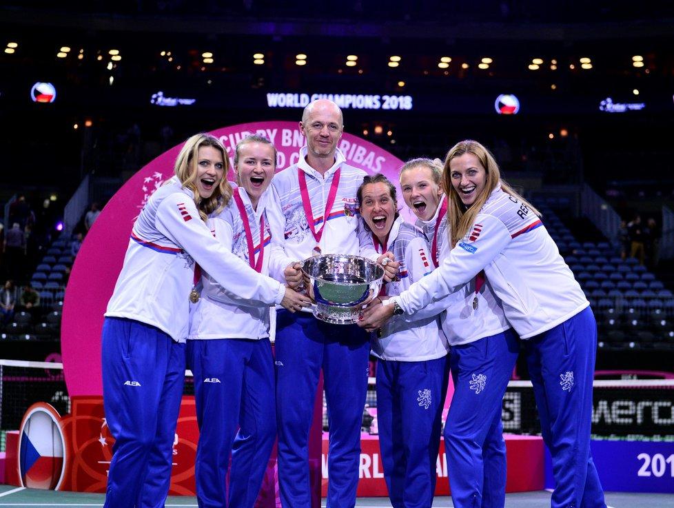 Český fedcupový tým s pohárem pro vítězky po triumfu nad Američankami