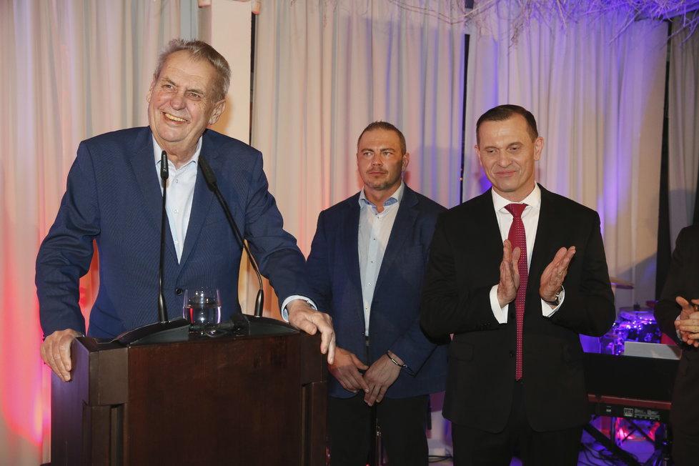Šéfovi TV Barrandov přivezl prezident na jeho oslavu jako dárek hodinky. A vystoupil se vřelým, přátelským projevem.