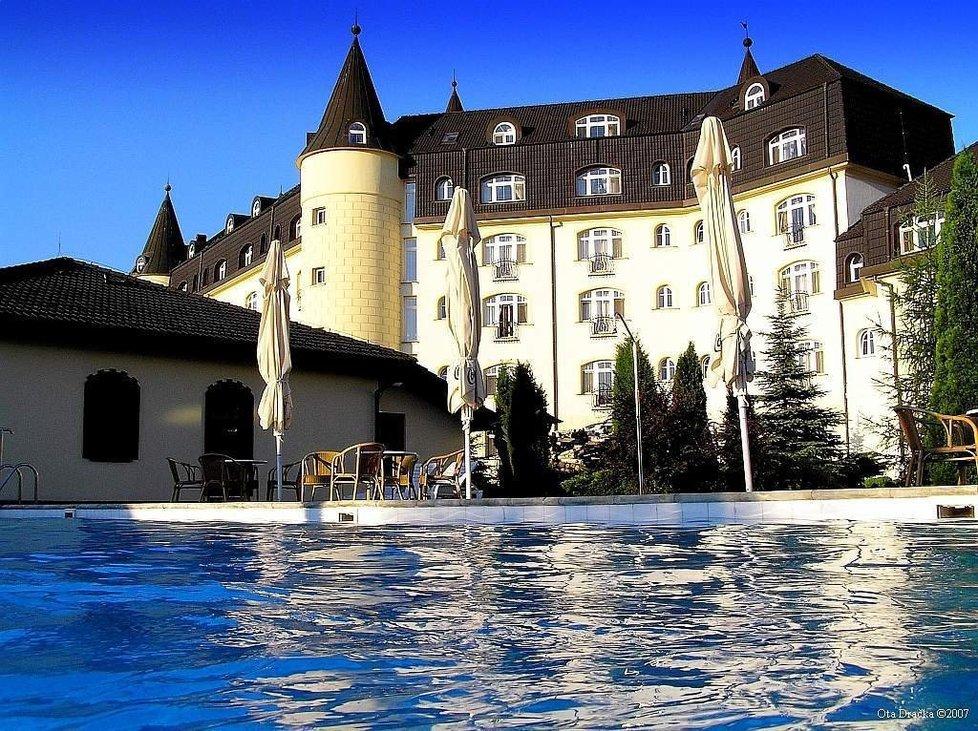 Hotel S.E.N. nedaleko Prahy je oproti Talapkovu pseudohradu vlastně umělecké dílo.