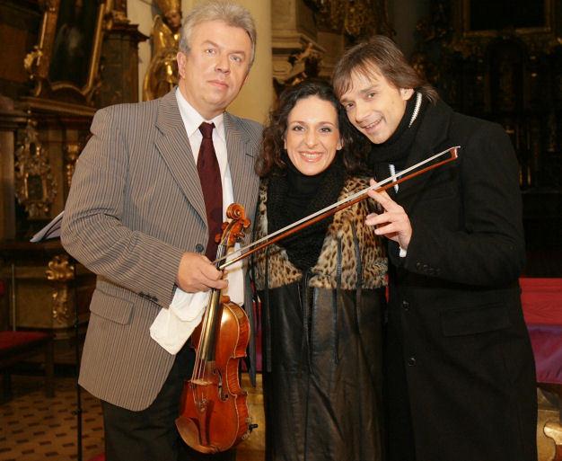Jaroslav Svěcený (vlevo), Dita Hořínková a Richard Pachman zahráli a zazpívali pro děti z dětského domova.