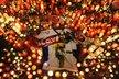 Spousty zapalených svíček, dres hokejové reprezentace Slovenska a fotky Pavola Demitry, to vše přinášeli lidé ke stadionu v Trenčíně, aby uctili památku Pavola Demitry