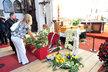 Lidé od rána pokládají před Markovu rakev květiny