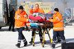 Jaromír Dulava (vlevo) odváží z místa nehody jednoho ze zraněných.
