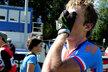 Ondřeje Cinka v cíli zlatého závodu mužů do 23 let přemohly emoce