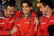 Rozesmátý španělský kapitán Alex Corretja (vlevo) drží za ramena svou jedničku Davida Ferrera, vpravo Nicolas Almagro