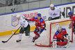 Ondřej Němec se snaží zastavit Teemu Hartikainena z Ufy v úvodním zápase Prague Hockey Cupu