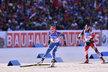 Česká biatlonistka Eva Puskarčíková se snaží uniknout soupeřce v závodě smíšených dvojic ve SP v Novém Městě na Moravě