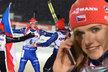 Veronika Vítková (vlevo) a Gabriela Soukalová běží k finišmanovi zlaté české štafety Ondřeji Moravcovi. Soukalová si už před tím vyřídila telefon domů...