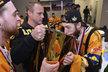 Brankář Pavel Francouz upíjí šampaňské z poháru pro hokejové mistry při oslavách v litvínovské šatně