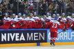 Ondřej Němec se raduje s českou lavičkou po jednom ze svých dvou gólů v zápase s Francií