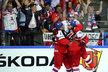 Čeští hokejisté se radují z úvodního gólu Jana Kováře (vlevo) ve čtvrtfinále proti Finsku