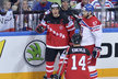 Český bek Jakub Nakládal projíždí kolem radujících se Kanaďanů Sidneyho Crosbyho s Taylorem Hallem v semifinále mistrovství světa